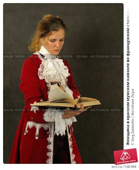 Женщина в красном мужском камзоле во французском стиле конца 18 века читает книгу, фото № 138494, снято 7 января 2006 г. (c) Serg Zastavkin / Фотобанк Лори