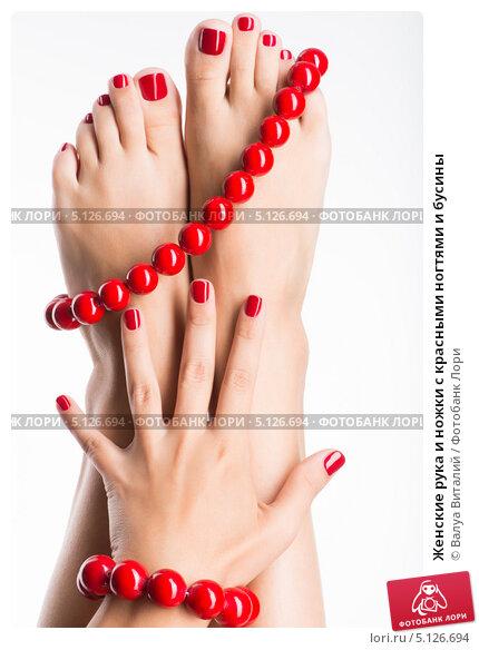 Купить «Женские рука и ножки с красными ногтями и бусины», фото № 5126694, снято 17 января 2013 г. (c) Валуа Виталий / Фотобанк Лори